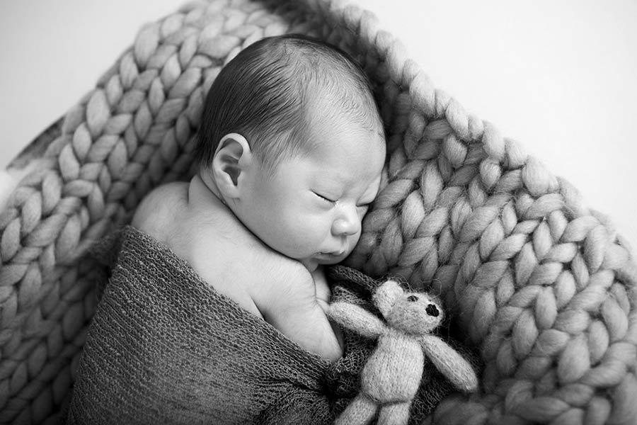 newborn baby met knuffeltje